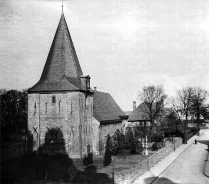 Nikolaikirche mit Kirchfriedhof um 1925