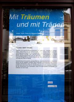 Titelplakat im Schaufenster der Geschichtswerkstatt Gröpelingen